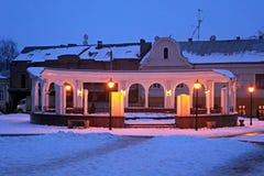 Κύκλος arcade με μια πηγή στο τουρκικό τετράγωνο τη νύχτα το χειμώνα σε Chernivtsi Στοκ εικόνες με δικαίωμα ελεύθερης χρήσης