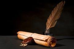 Κύλινδρος ενός παπύρου με μια σφραγίδα, ένα φτερό και ένα inkwell Στοκ Φωτογραφίες