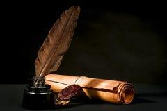 Κύλινδρος ενός παπύρου με μια σφραγίδα, ένα φτερό και ένα inkwell Στοκ εικόνες με δικαίωμα ελεύθερης χρήσης