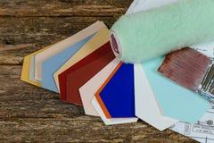 Κύλινδρος, σχέδια, βούρτσα χρωμάτων και οδηγός χρώματος σχετικά με το λευκό Στοκ Εικόνες