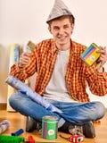 Κύλινδρος χρωμάτων εκμετάλλευσης εγχώριων ατόμων επισκευής για την ταπετσαρία Στοκ εικόνα με δικαίωμα ελεύθερης χρήσης
