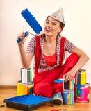 Κύλινδρος χρωμάτων εκμετάλλευσης εγχώριων γυναικών επισκευής για την ταπετσαρία Στοκ Εικόνες