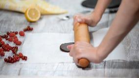 Κύλισμα της ζύμης σοκολάτας στο στρώμα της περγαμηνής ψησίματος Κατασκευή του κέικ στρώματος σοκολάτας απόθεμα βίντεο