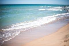 Κύματα άμμου και θάλασσας στην παραλία στο θέρετρο, σύσταση άμμου Στοκ εικόνες με δικαίωμα ελεύθερης χρήσης
