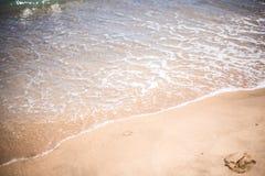 Κύματα άμμου και θάλασσας στην παραλία στο θέρετρο, σύσταση άμμου Στοκ Φωτογραφία