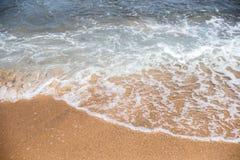 Κύματα άμμου και θάλασσας στην παραλία στο θέρετρο, σύσταση άμμου Στοκ φωτογραφία με δικαίωμα ελεύθερης χρήσης