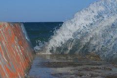 Κύματα, ένας κυματοθραύστης Στοκ εικόνα με δικαίωμα ελεύθερης χρήσης