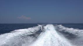 Κύματα από μηχανή μιας μεγάλης βάρκας Οπισθοσκόπος Μπλε ουρανός, άσπρο σύννεφο και μακρινό νησί απόθεμα βίντεο