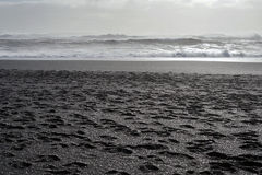 Κύματα από το βόρειο Ατλαντικό Ωκεανό στην Ισλανδία Στοκ εικόνες με δικαίωμα ελεύθερης χρήσης