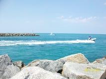 Κύματα & βράχοι Στοκ φωτογραφίες με δικαίωμα ελεύθερης χρήσης