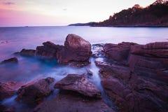Κύματα βράχων και το όμορφο ηλιοβασίλεμα Στοκ Φωτογραφία