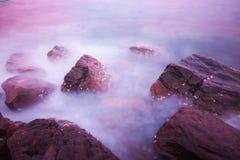 Κύματα βράχων και το όμορφο ηλιοβασίλεμα Στοκ φωτογραφίες με δικαίωμα ελεύθερης χρήσης