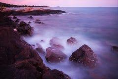 Κύματα βράχων και το όμορφο ηλιοβασίλεμα Στοκ εικόνα με δικαίωμα ελεύθερης χρήσης