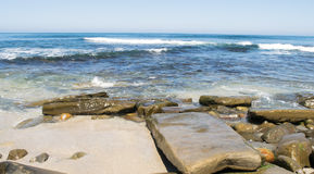 Κύματα Ειρηνικών Ωκεανών και δύσκολη ακτή Στοκ φωτογραφία με δικαίωμα ελεύθερης χρήσης