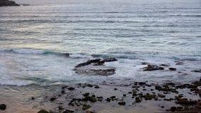 Κύματα Ειρηνικών Ωκεανών στους βράχους Στοκ φωτογραφία με δικαίωμα ελεύθερης χρήσης