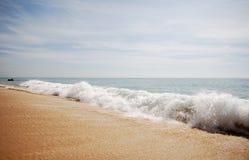 κύματα θάλασσας άμμου ακ&ta Στοκ φωτογραφία με δικαίωμα ελεύθερης χρήσης
