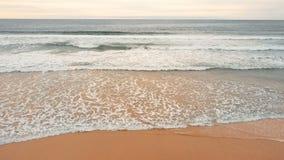 Κύματα θάλασσας πέρα από το υπόβαθρο παραλιών άμμου απόθεμα βίντεο