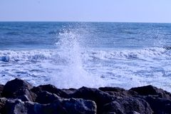 Κύματα θάλασσας που έρχονται προς τους βράχους με τα άλγη στοκ φωτογραφία με δικαίωμα ελεύθερης χρήσης