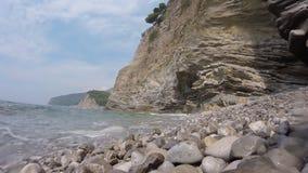 Κύματα θάλασσας που περιτυλίγουν στην παραλία χαλικιών δύσκολη ακτή και ευγενές βίντεο κυμάτων θάλασσας απόθεμα βίντεο