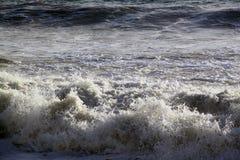 Κύματα θάλασσας που σπάζουν στην ακτή με τον αφρό θάλασσας Στοκ Φωτογραφία