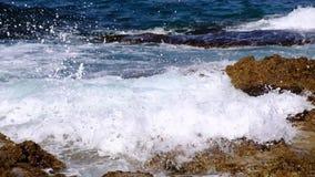 Κύματα θάλασσας που σπάζουν στους βράχους απόθεμα βίντεο