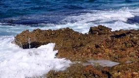 Κύματα θάλασσας που σπάζουν στους βράχους φιλμ μικρού μήκους