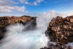 Κύματα θάλασσας που σπάζουν στους βράχους στοκ εικόνα με δικαίωμα ελεύθερης χρήσης