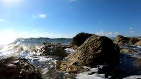 Κύματα θάλασσας που συντρίβουν σε μια δύσκολη παραλία απόθεμα βίντεο