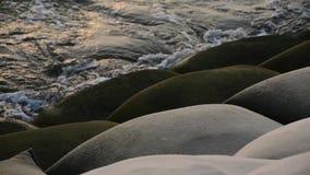 Κύματα θάλασσας που χτυπούν τα εμπόδια απόθεμα βίντεο