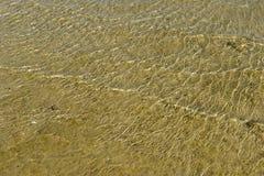 Κύματα θάλασσας στην ακροθαλασσιά στην αμμώδη παραλία Στοκ εικόνα με δικαίωμα ελεύθερης χρήσης