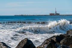 Κύματα θάλασσας στην ακτή Μαύρης Θάλασσας, Poti, Γεωργία Στοκ φωτογραφίες με δικαίωμα ελεύθερης χρήσης