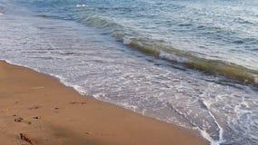 Κύματα θάλασσας στην παραλία στο ηλιοβασίλεμα, seascape καλοκαιριού υπόβαθρο φιλμ μικρού μήκους