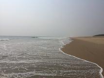 Κύματα θάλασσας στις παραλίες puri-Konark Στοκ Φωτογραφία