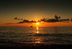 Κύματα θάλασσας ενάντια στον ουρανό ηλιοβασιλέματος Στοκ εικόνες με δικαίωμα ελεύθερης χρήσης