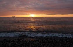 Κύματα θάλασσας ενάντια στον ουρανό ηλιοβασιλέματος Στοκ Εικόνα