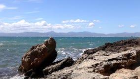 Κύματα θάλασσας και βράχοι πετρών απόθεμα βίντεο