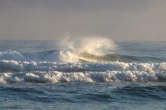 Κύματα θάλασσας κατά τη διάρκεια της ανατολής Στοκ Φωτογραφία