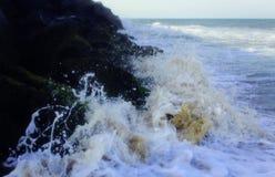 Κύματα θάλασσας με τους βράχους Στοκ φωτογραφίες με δικαίωμα ελεύθερης χρήσης