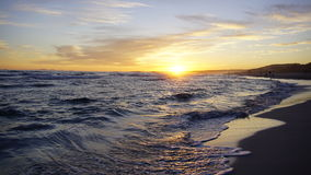 Κύματα θάλασσας μια όμορφη ημέρα ηλιοβασιλέματος Στοκ φωτογραφίες με δικαίωμα ελεύθερης χρήσης