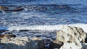 Κύματα θάλασσας που κτυπούν ήπια στην παραλία βράχου απόθεμα βίντεο