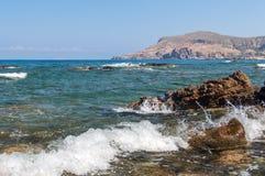 Κύματα θάλασσας που συντρίβουν ενάντια στους βράχους Στοκ φωτογραφίες με δικαίωμα ελεύθερης χρήσης