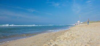 Κύματα θάλασσας στην όμορφη αμμώδη παραλία Στοκ φωτογραφίες με δικαίωμα ελεύθερης χρήσης