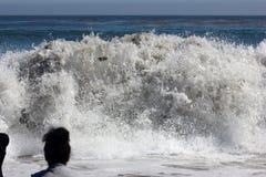 Κύματα θάλασσας στη φυσική παραλία Καλιφόρνια γεφυρών Στοκ Φωτογραφία