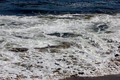 Κύματα θάλασσας στη φυσική παραλία Καλιφόρνια γεφυρών Στοκ εικόνες με δικαίωμα ελεύθερης χρήσης