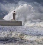 Κύματα θύελλας πέρα από το φάρο Στοκ εικόνα με δικαίωμα ελεύθερης χρήσης