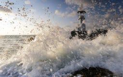 Κύματα θύελλας φάρων με τον ενδιαφέροντα φωτισμό στοκ εικόνα με δικαίωμα ελεύθερης χρήσης