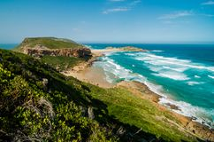 Κύματα Ινδικού Ωκεανού κόλπων επιφύλαξης φύσης Robberg plettenberg πλησίον Νοτιοαφρικανικό όμορφο τοπίο, Νότια Αφρική, διαδρομή κ στοκ φωτογραφίες με δικαίωμα ελεύθερης χρήσης