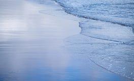 Κύματα και άμμος Στοκ Φωτογραφίες