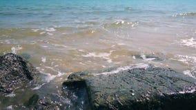 Κύματα και αφρός στη δύσκολη παραλία απόθεμα βίντεο