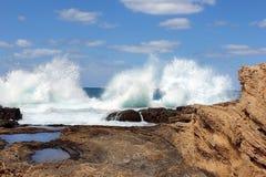 Κύματα και βράχοι θάλασσας Στοκ Εικόνες